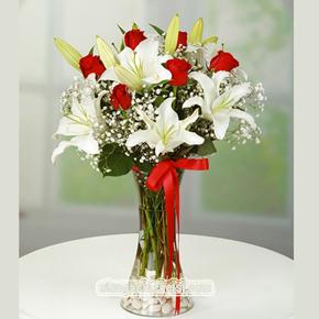 9 kırmızı gül buketi Vazoda Lilyum ve Güller