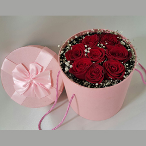 7 Роза в сердечную вазу В коробке 8 красных роз