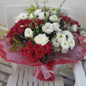 vazoda 21 beyaz gül Kırmızı Beyaz Çiçekler