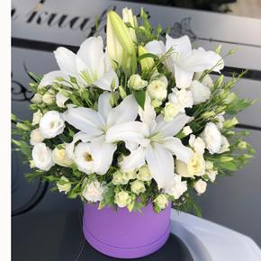 kare kutuda gül ve Çikolata Kutuda Beyaz Çiçekler